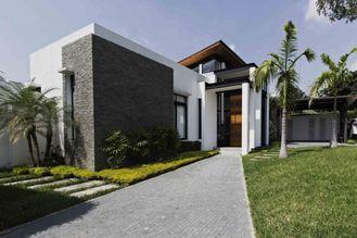 China Vorfabrizierte Bungalow-Häuser, geben Entwurfs-helles Stahlrahmen-Fertigausrüstungs-Haus frei fournisseur